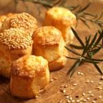 Tejfölös szezámos és túrós sajtos pogácsa